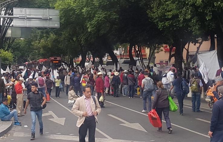 Manifestantes cierran el cruce de Calz. Taxqueña y Av. Paseo de los Jardines