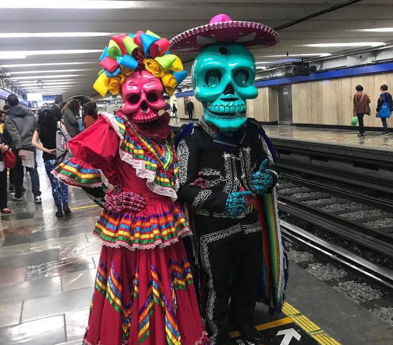 Viajan catrinas en Metro-CDMX para promocionar Desfile de Muertos