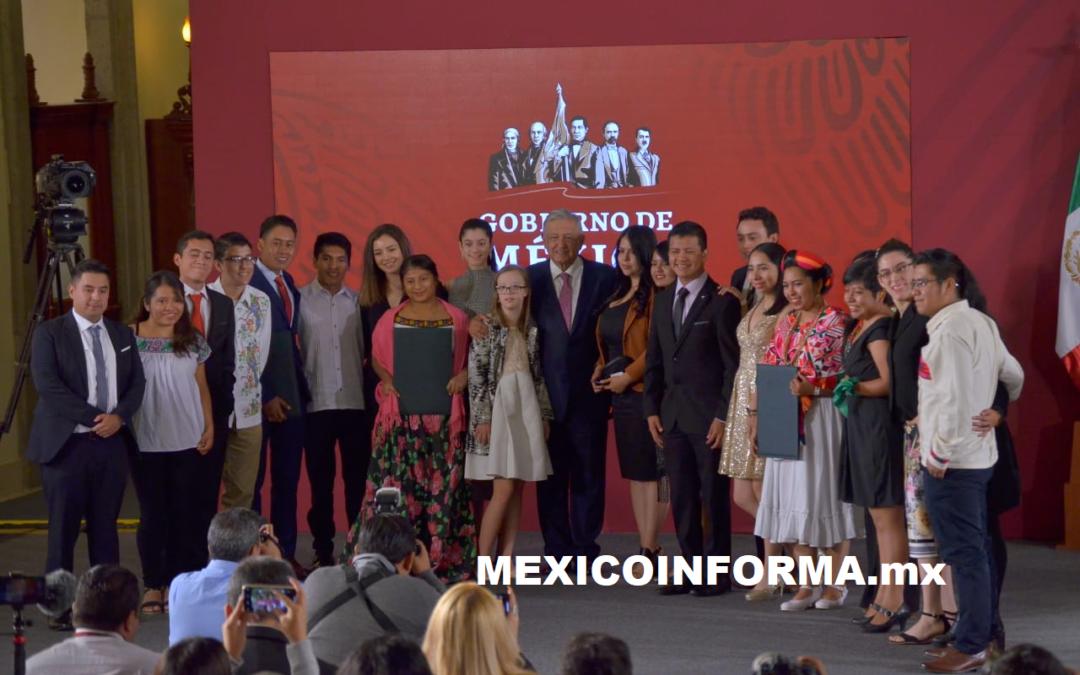 AMLO entrega premio Nacional de la Juventud