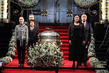 Monta Sheinbaum guardia de honor en el féretro de José José