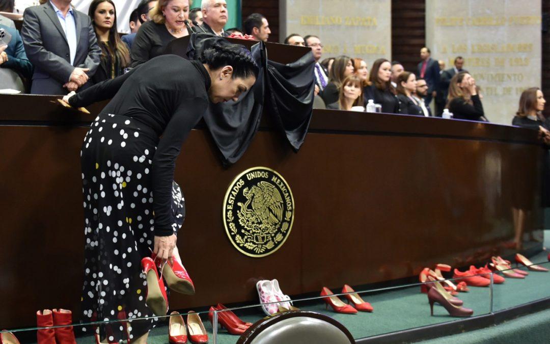 Protestan con zapatos rojos en San Lázaro por feminicidios