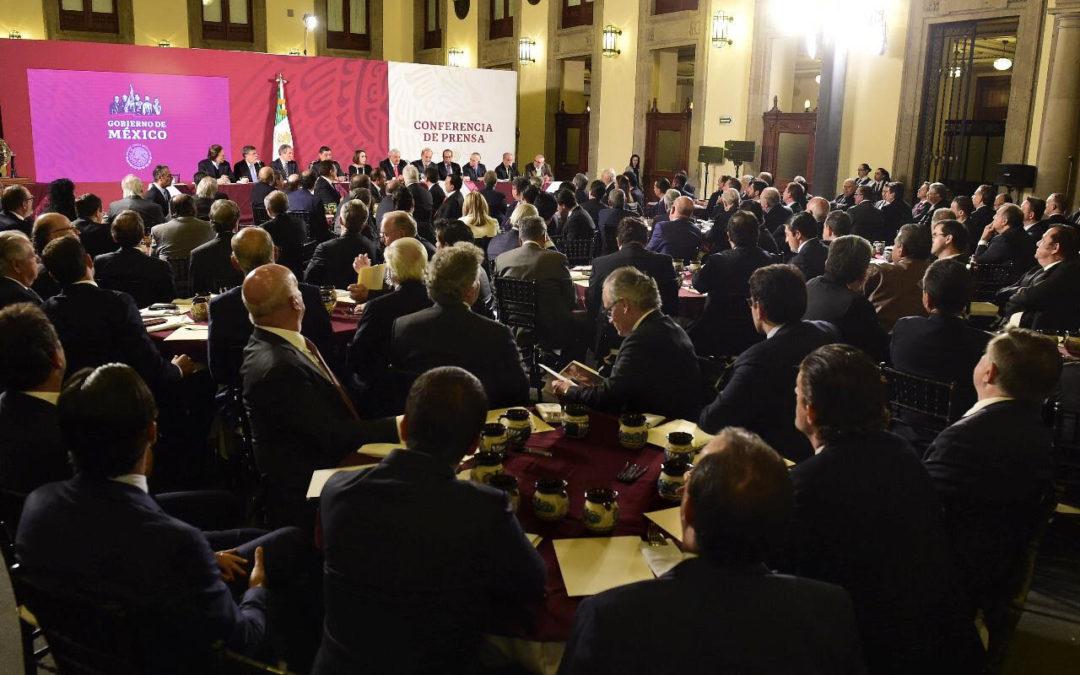 "Cena AMLO con empresarios; apoyos de 20 a 200 mdp en ""cachitos"""