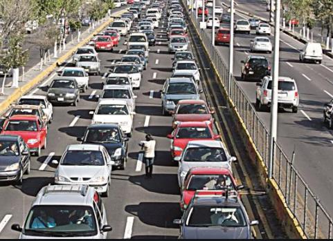 Tráfico lento por choque de dos camionetas en Periférico hacia la 11 sur