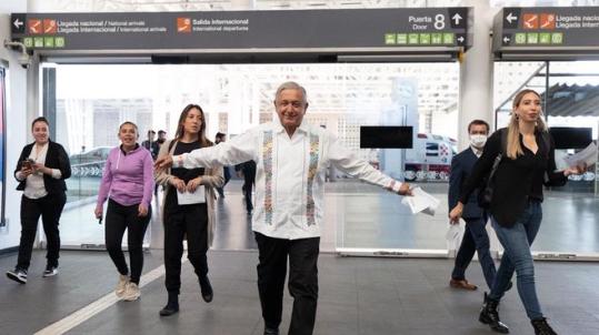 """Con vallas aplican """"sana distancia"""" en llegada de AMLO a Puerto Vallarta"""