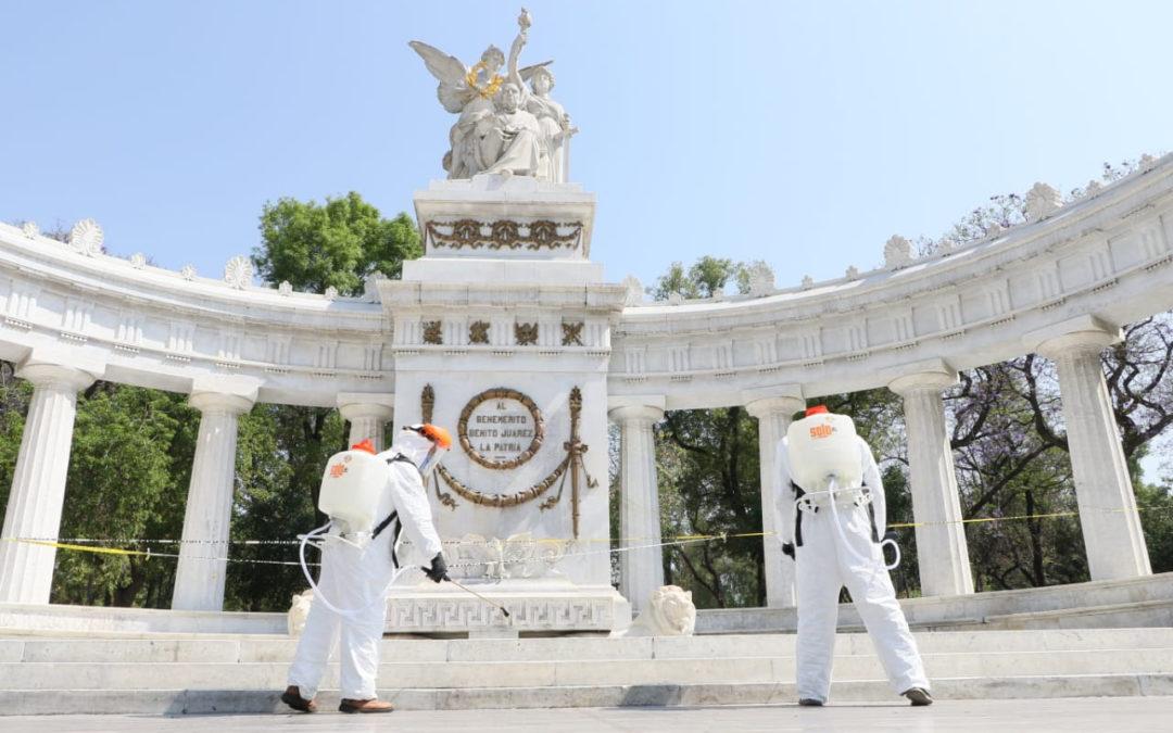 Sanitizan espacios públicos en CDMX