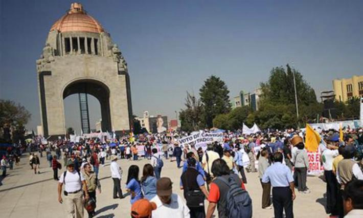 Precaución. Manifestantes en Monumento a la Revolución