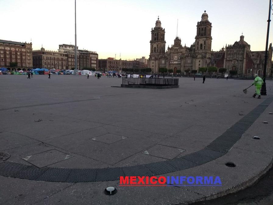 Quitan rejas alrededor del Zócalo capitalino